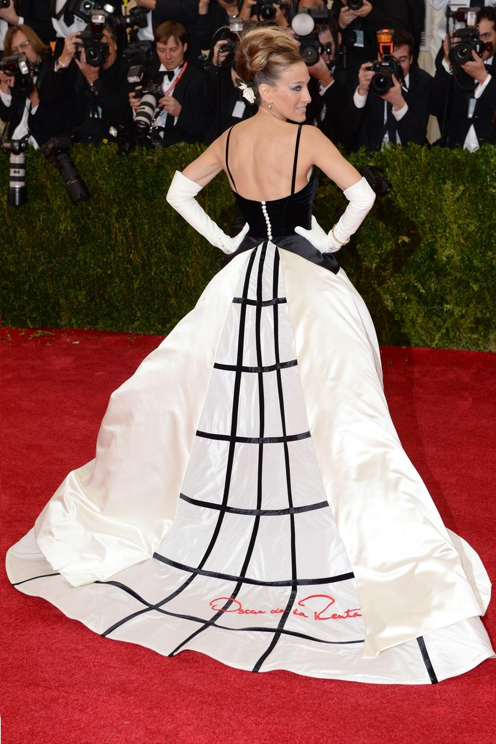 Sarah Jessica Parker can do no wrong! She is one of the ball's co-chairs & wore a custom-made Oscar de la Renta gown.