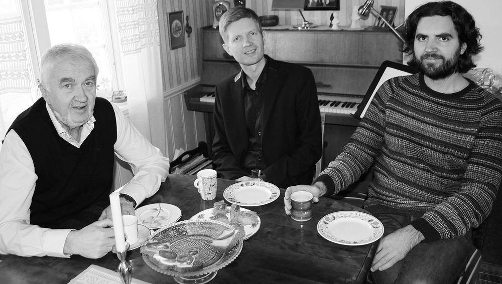 Geir Egil (t.v.), Einar Olav og Gjermund Larsen heime hos Geir Egil i Flåttåenget. Foto: Espen Tørset