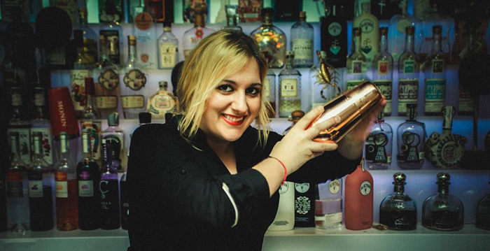 Carla Fernández preparando un cóctel en su mezcaloteca Corazon de Agave.