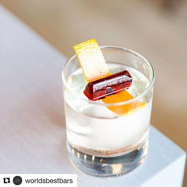 #Enjoy the #Evolution #Spirits #Sundaymood like in the  @worldsbestbars 🌏 #bartendershow #Cocktailoftheday is called « Two Negroni One Cup » by @coqtale. You'll need: #Negroni Blanc - #Vermouth - #Chamomile - Orange Peel - Gentian Root - #Gin Red Negroni Candy - Amaro - Juniper Berries - Vermouth Join the @evolutionspirits #Madrid #mixology #coctel #bartender #drinks #spirits @salondegourmets 👌🍸