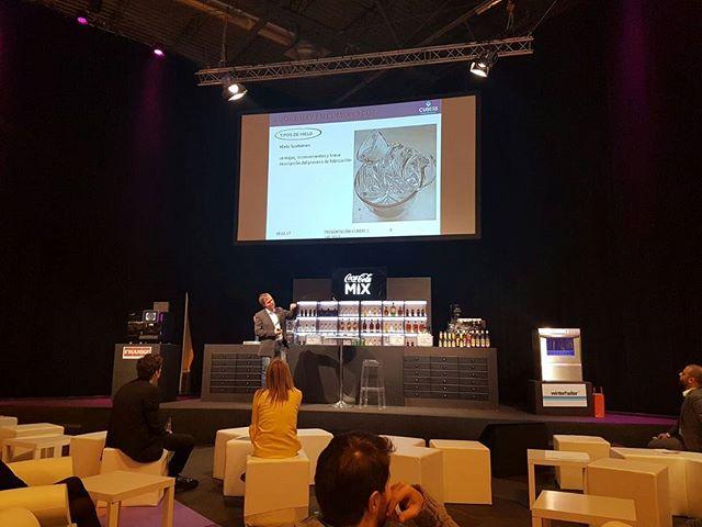 Aprendiendo sobre la importancia del #hielo en #cocteleria con @cubershielo en #HIP2017 #Colaboradores #oficiales en #EvolutionSpirits 2017 #abril #evento #Mixology #cocktail