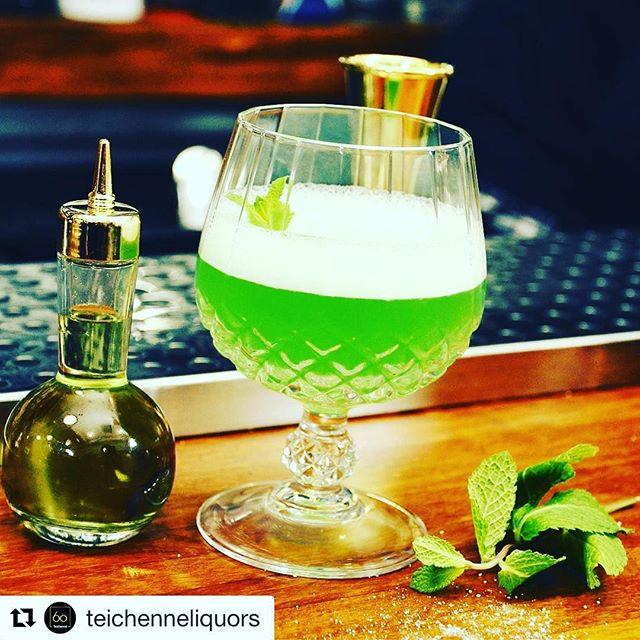 #Enjoy the @evolutionspirits with @teichenneliquors  Wild Mint: nuestro #amigo y colaborador Santi Ortiz nos prepara este #cocktail donde la menta es la protagonista. Con base Kinross Gin Citric&Dry y un toque de nuestro Licor de menta, hace de él un cocktail perfecto como aperitivo. @aisak88  Receta completa: http://www.teichenne.com/recetas/wild-mint/  #teichenne #Teichenné #teichennéroute #TeichennéFamily #TeichennéLiquors #cocktail #cocktailart #ginlovers #gin #drink #drinkporn #bar #barman #kinross #mixology #cocteleria #bartender #mixologist #KinrossGin #mint #liqueur 🍸👌 @salondegourmets #Madrid #abril