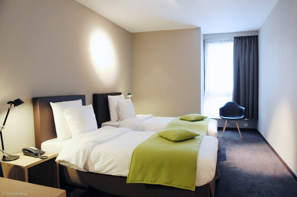 hotel-chelton-rooms-standard-twin-bedroom.jpg