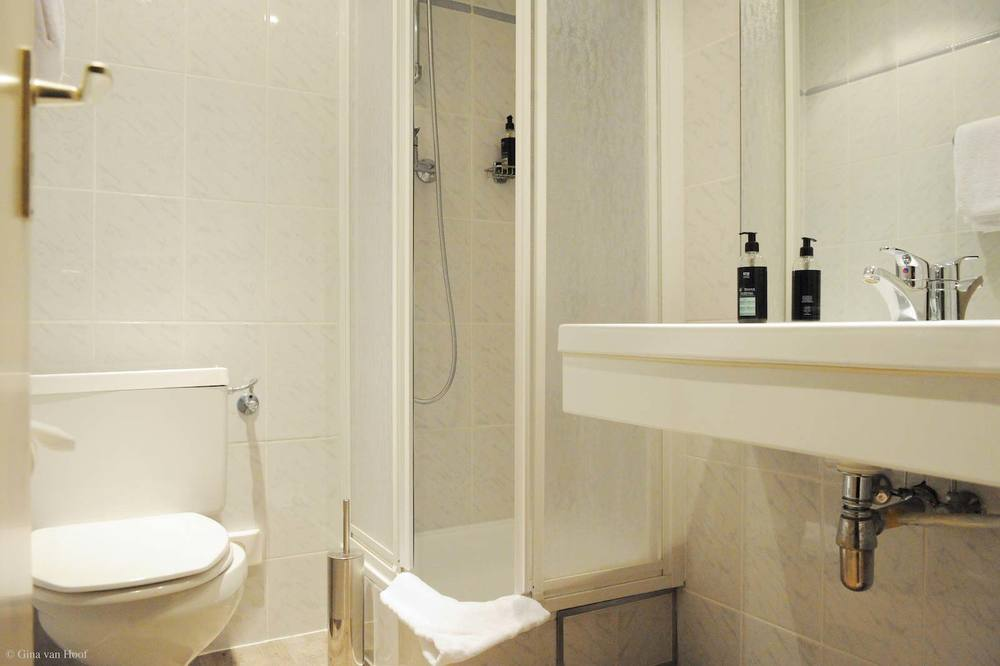 hotel-chelton-rooms-standard-single-bathroom.jpg