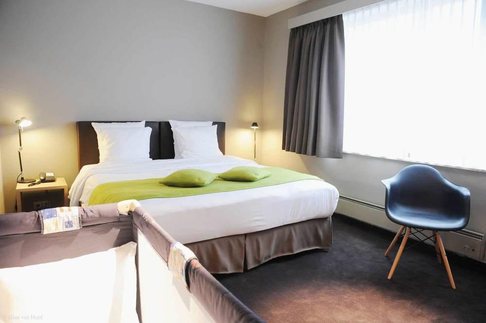 hotel-chelton-rooms-standard-double-bedroom-02.jpg