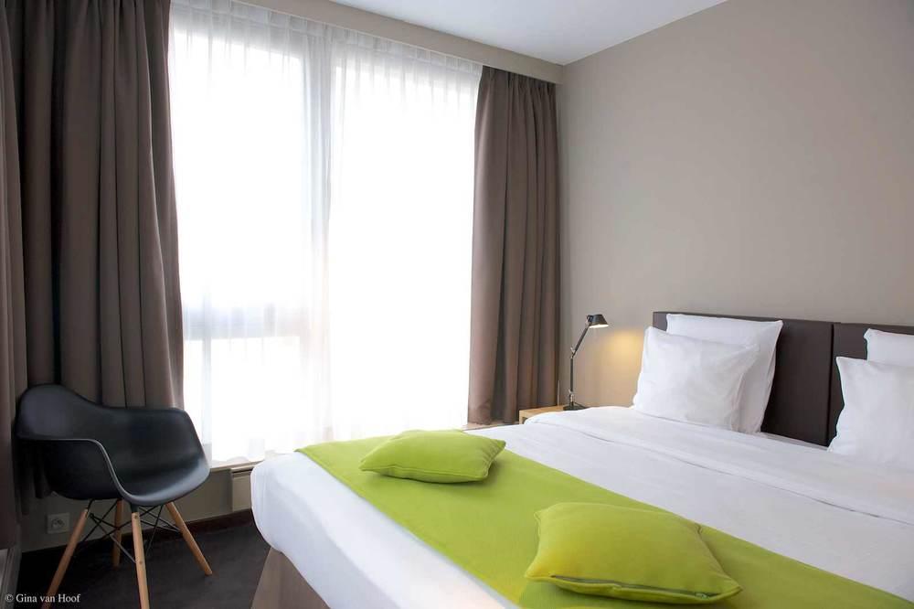 hotel-chelton-rooms-standard-double-bedroom-03.jpg