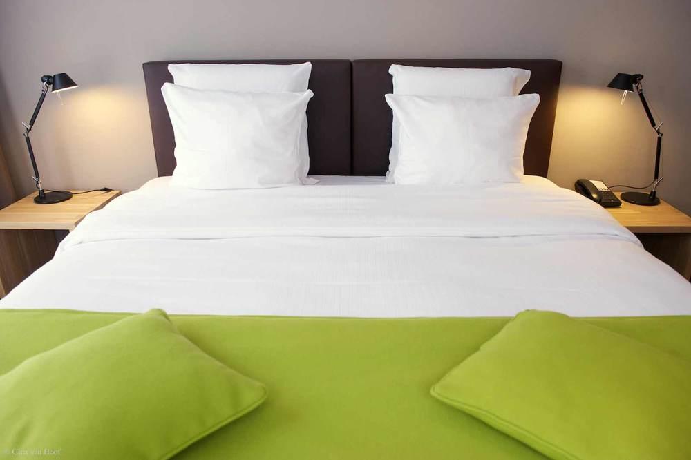 hotel-chelton-rooms-standard-double-bedroom-08.jpg