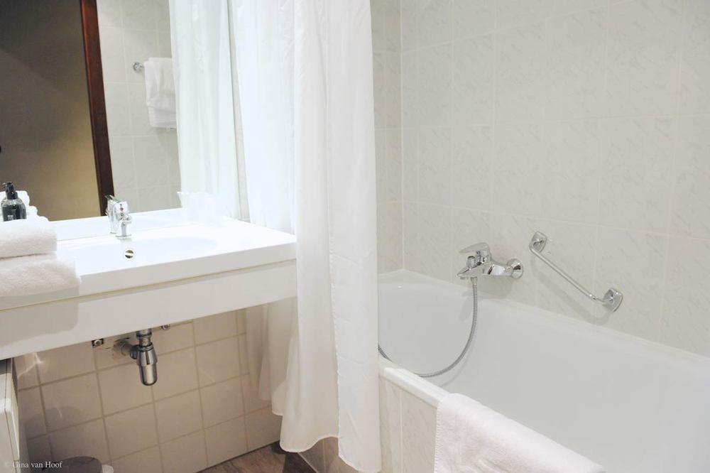 hotel-chelton-rooms-standard-twin-bathroom-01.jpg