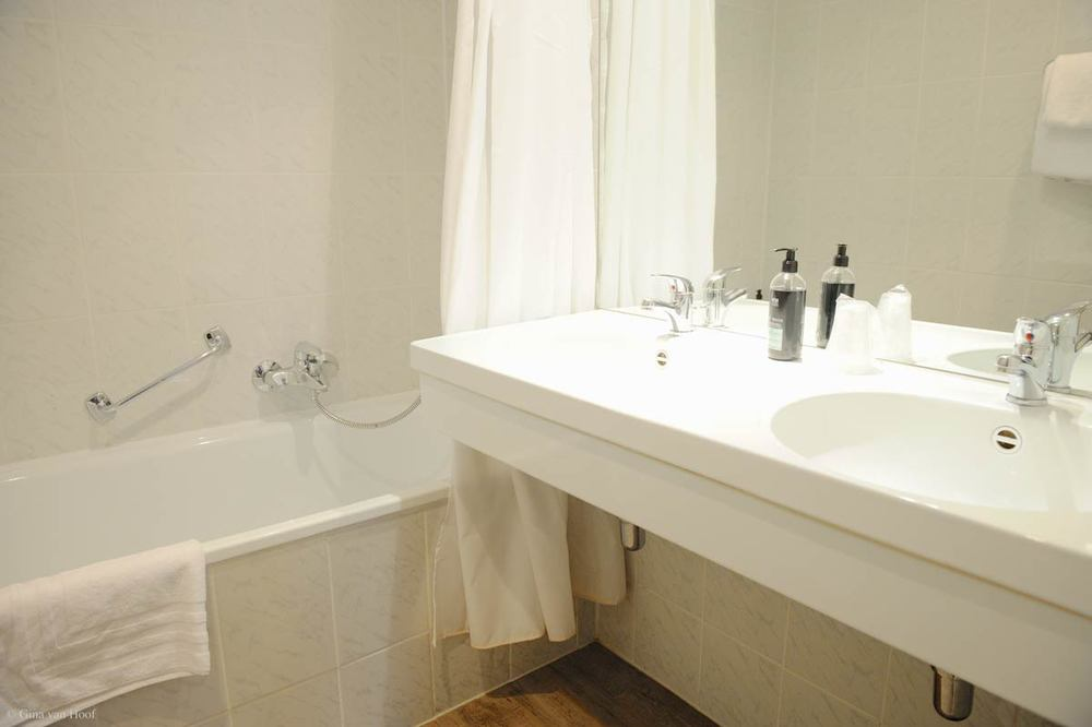hotel-chelton-rooms-standard-double-bathroom-01.jpg