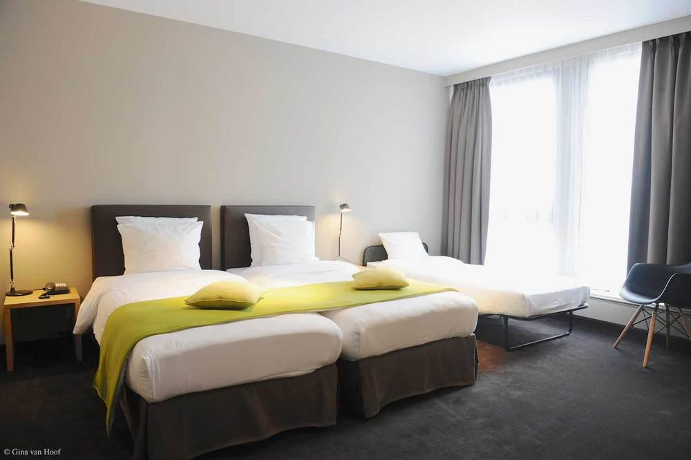 hotel-chelton-rooms-standard-triple-bedroom-02.jpg