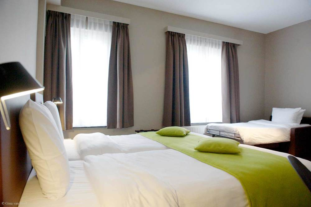 hotel-chelton-rooms-standard-triple-bedroom-05.jpg