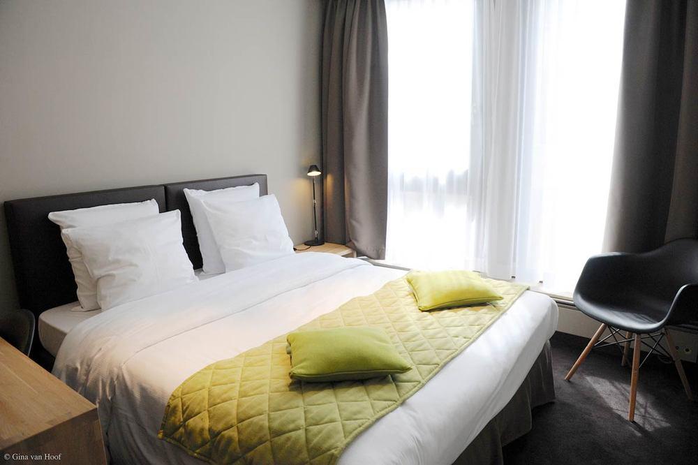 hotel-chelton-rooms-standard-double-bedroom-01.jpg