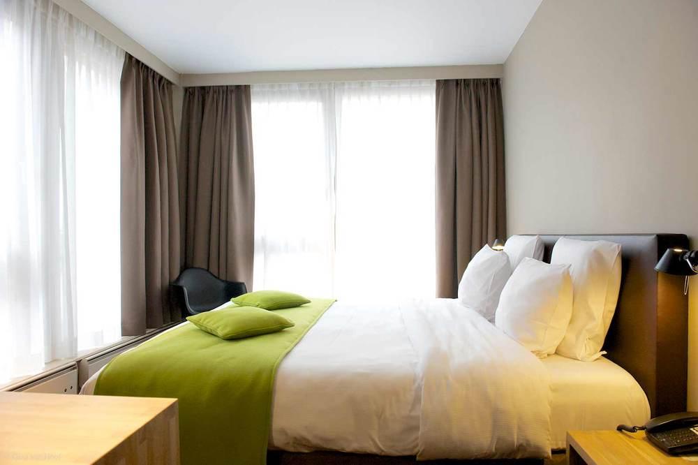 hotel-chelton-rooms-standard-double-bedroom-05.jpg