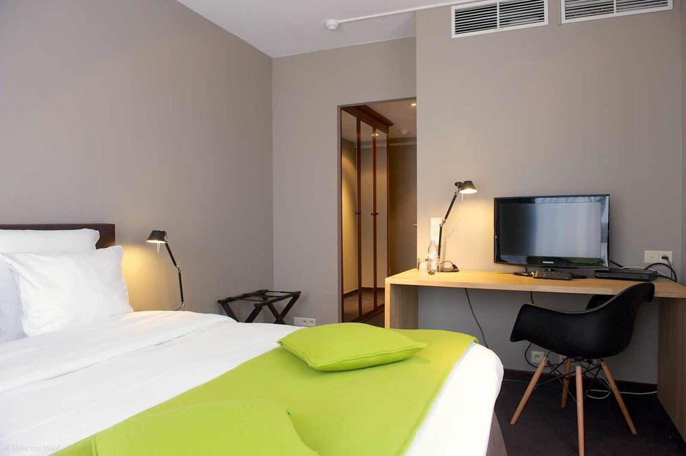 hotel-chelton-rooms-standard-double-bedroom-06.jpg