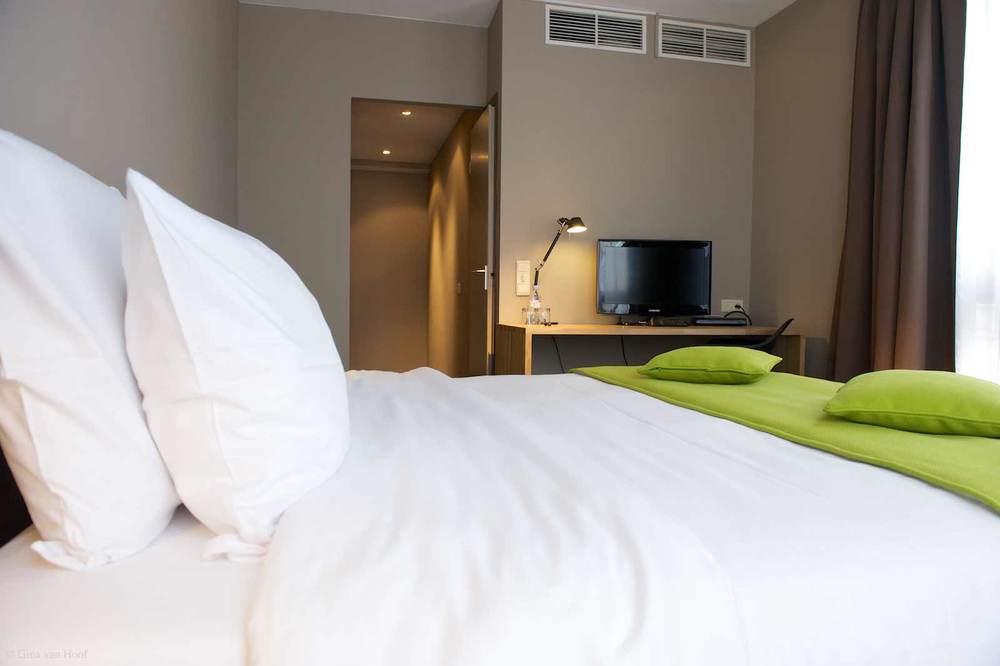 hotel-chelton-rooms-standard-double-bedroom-07.jpg