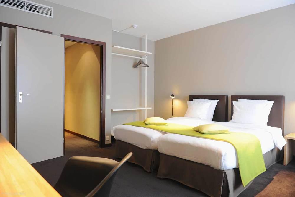 hotel-chelton-rooms-standard-twin-bedroom-02.jpg