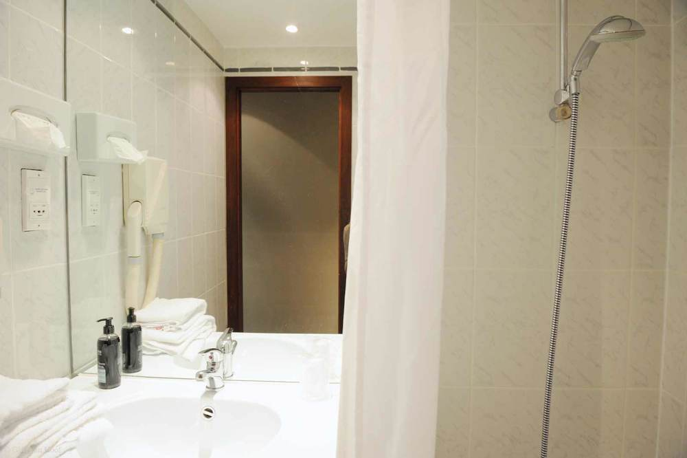 hotel-chelton-rooms-standard-triple-bathroom-01.jpg