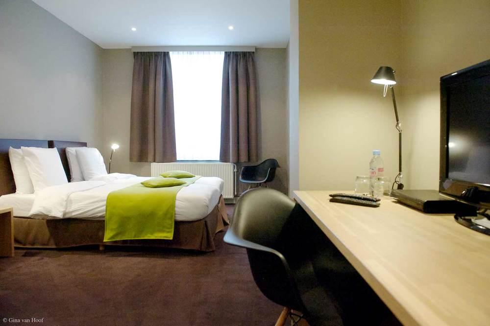 hotel-chelton-rooms-standard-triple-bedroom-07.jpg