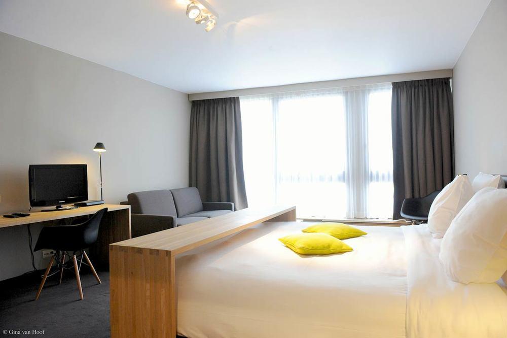 hotel-chelton-rooms-superior-room-bedroom-01.jpg