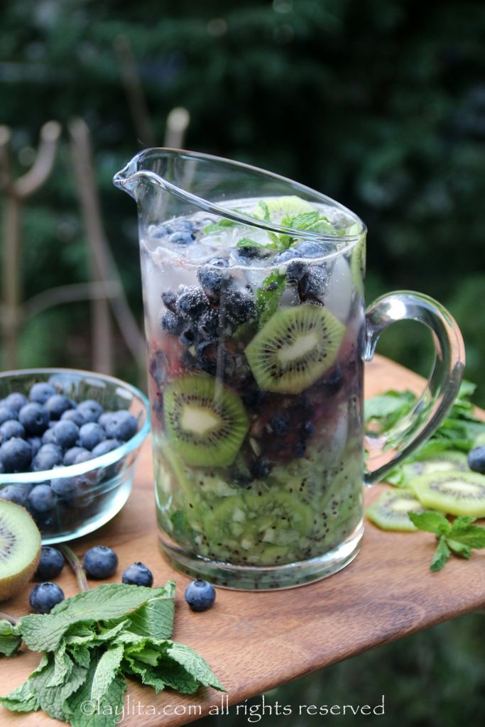 How amaaaazing and refreshing does  this kiwi and blueberry mojito  look? I know how I'm imbibing this weekend!