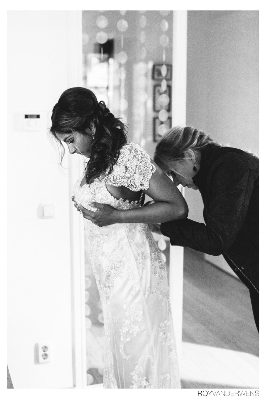 Bruid wordt geholpen door haar moeder.