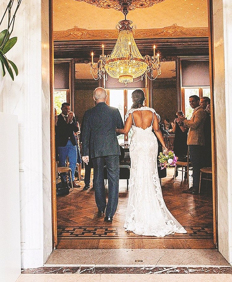 Bruid en haar vader tijdens ceremonie in Landgoed Wolfslaar Breda.