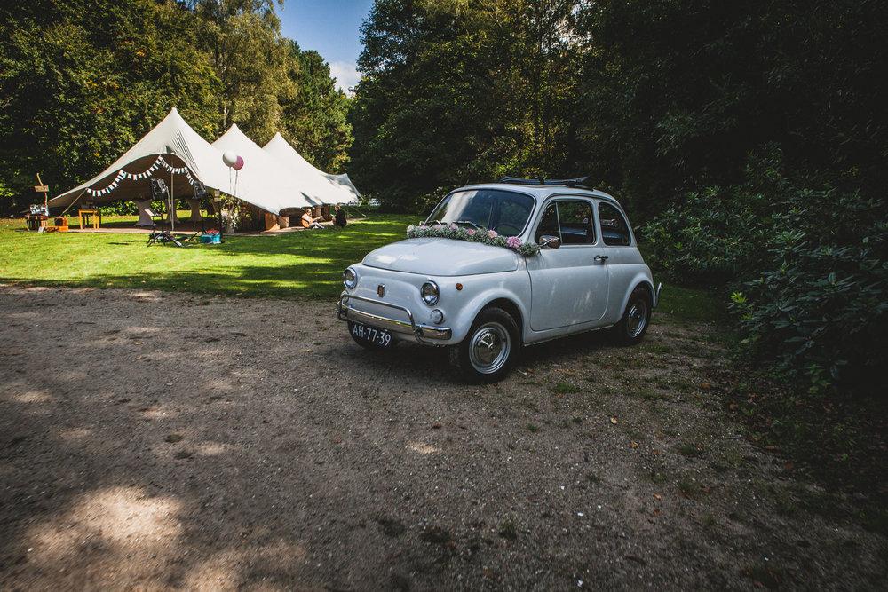 Fiat 500 geparkeerd op het terrein van Klooster Nieuwkerk in Goirle
