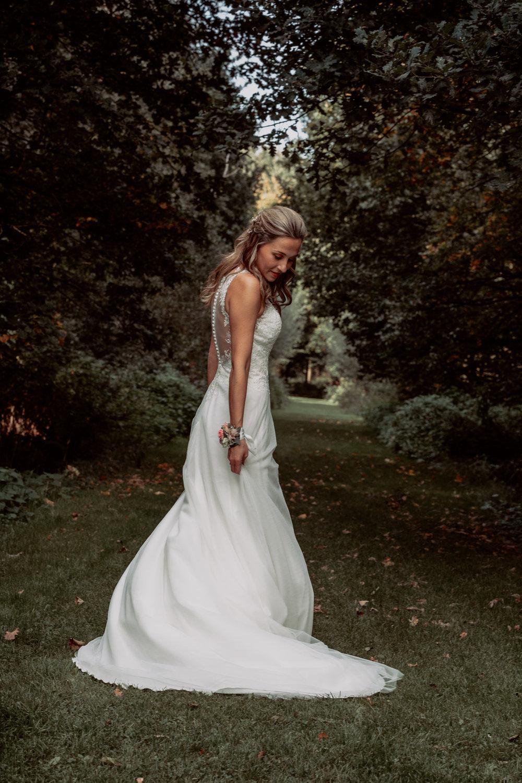 Bruid in de tuin van het prachtige kasteel Geldrop