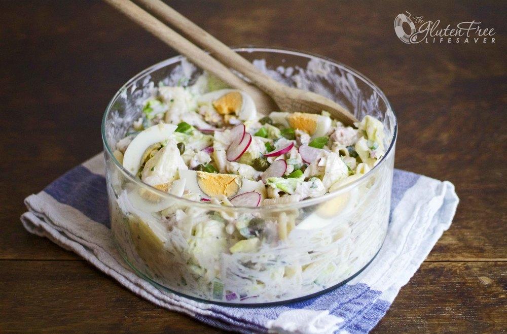 Frisk og rask glutenfri pastasalat med yoghurt og tunfisk