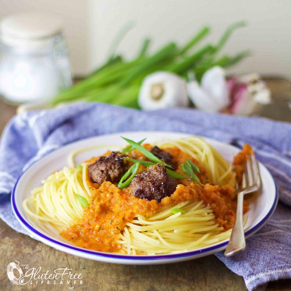 oppskrift på glutenfri spaghetti med tomatfri pastasus og hjemmelagede kj;ttboller