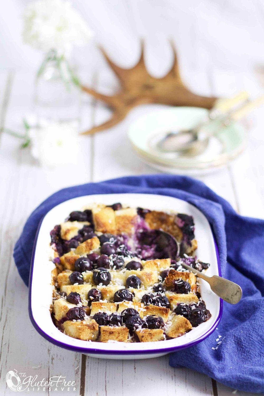 Deilig glutenfri og melkefri lettere brødpudding med blåbær, vanilje og kokos!