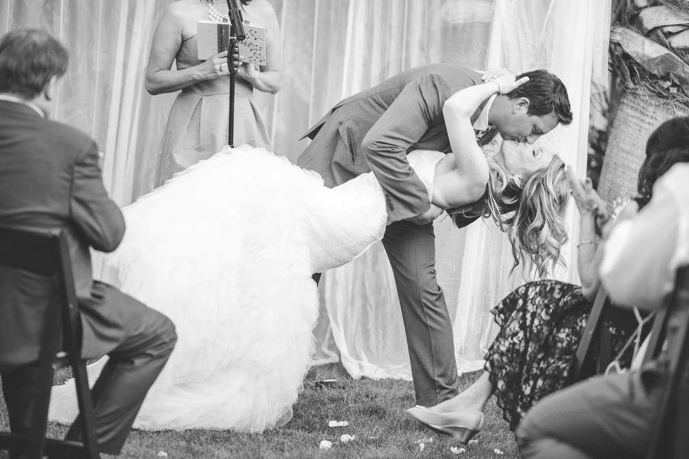 as-wedding-photographer-ceremony-kiss-black-and-white