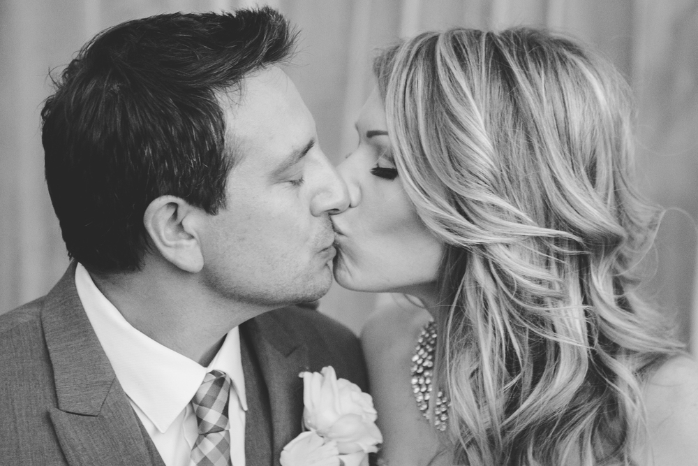 -scottsdale-wedding-black-and-white-kiss