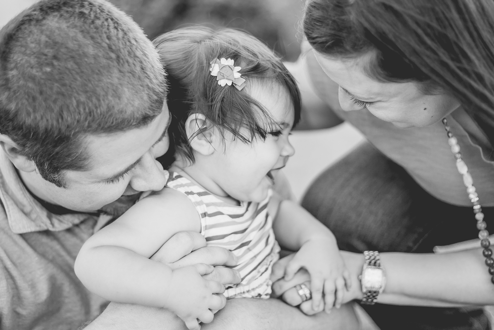 phoenix-photographer-mae-birthday-shoot-bw-adorable-family-laughing