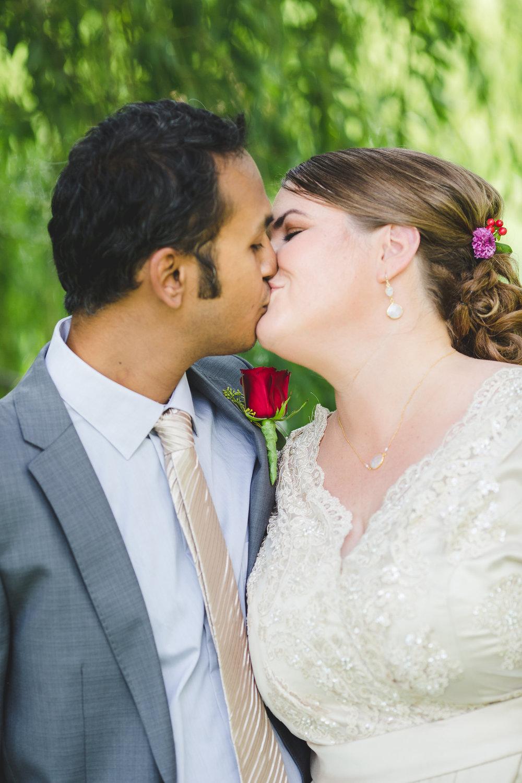 sedona-bride-groom-kiss-jessica-karthik-color