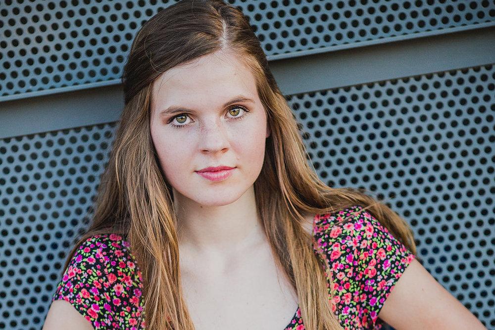 senior-photography-ccv-peoria-amber-serious