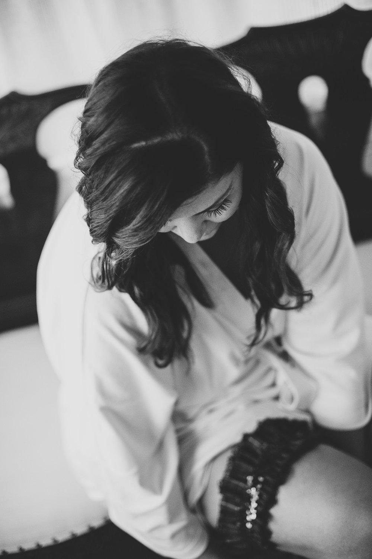 beautiful-new-york-bride-puts-on-garter