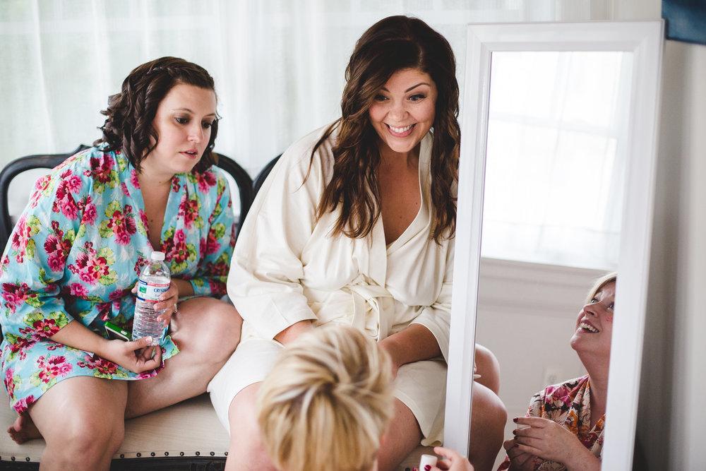 phoenix-weddingphotographer-bridesmaids-and-bride-discuss-makeup