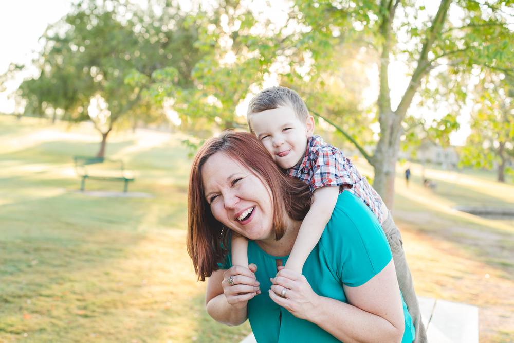 reed hops on moms back scottsdale family photographer