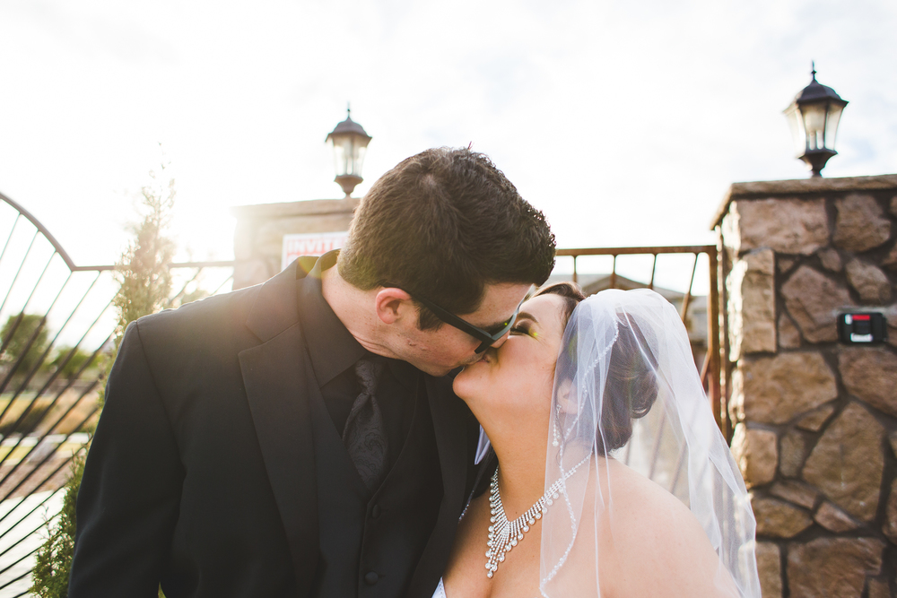 bride and groom kissing aaron kes photography