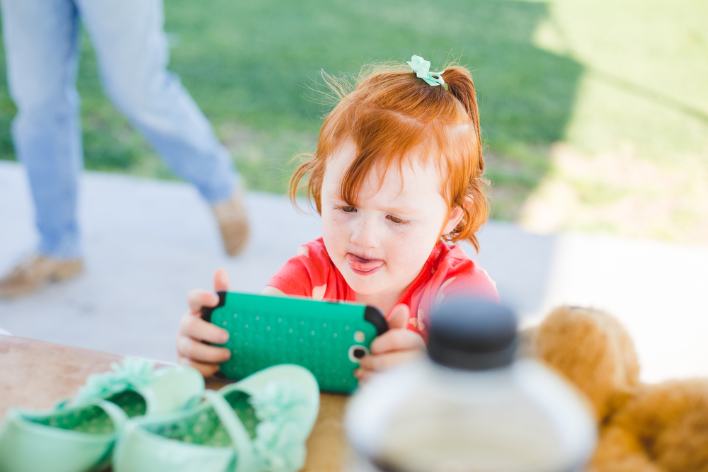 lorelai daughter playing with smart phone