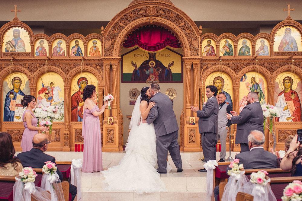 first-kiss-wedding-ceremony