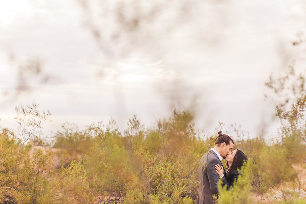 aaron-kes-photography-papago-park-engagement-session-kiss