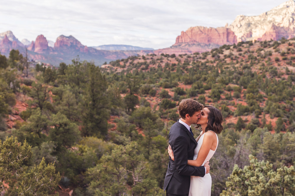sedona-wedding-first-kiss