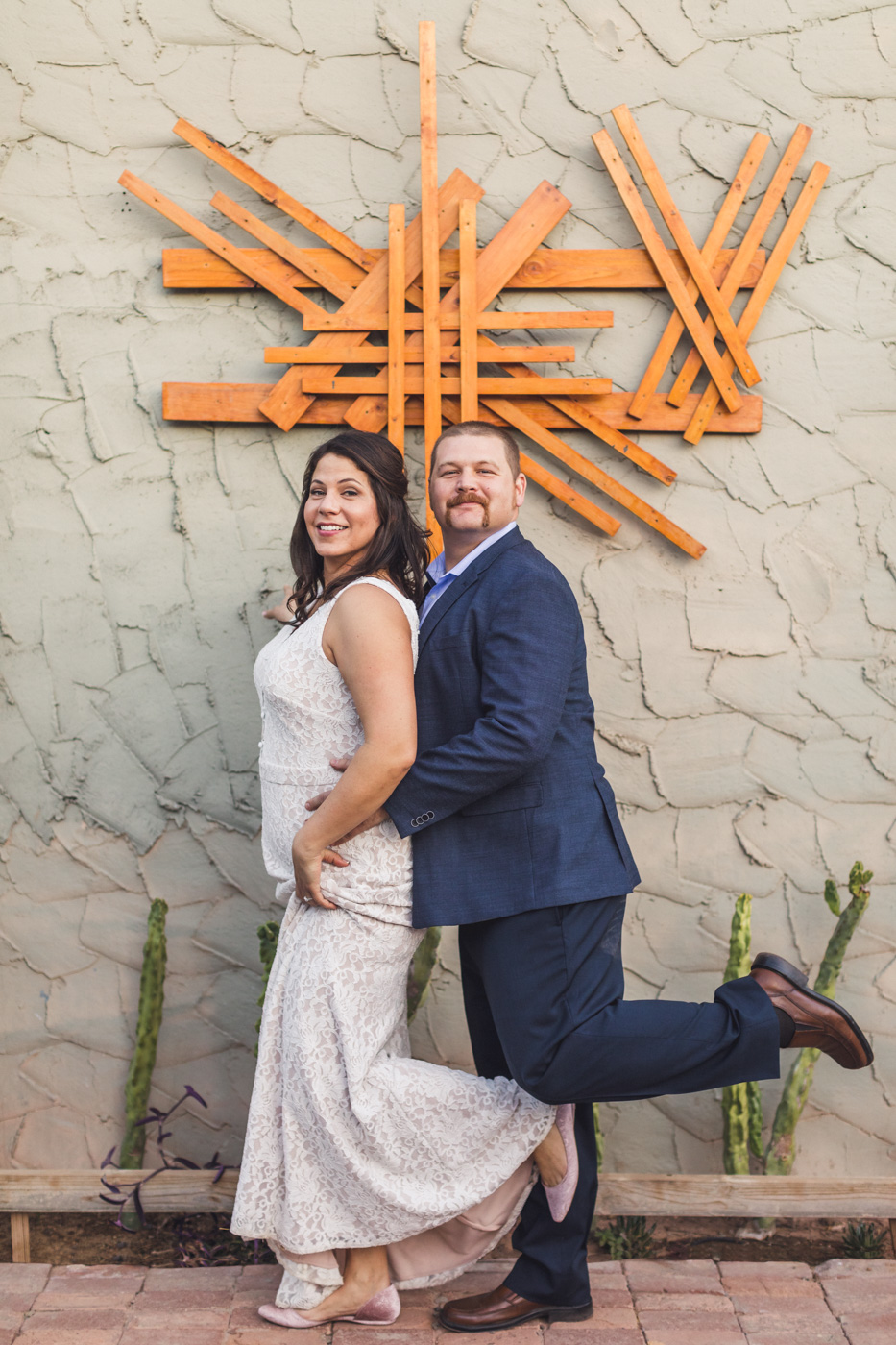 funny-bride-and-groom-pose