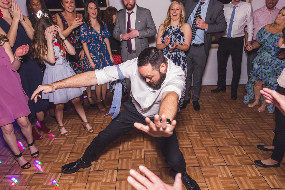 groomsman-dancing-it-up