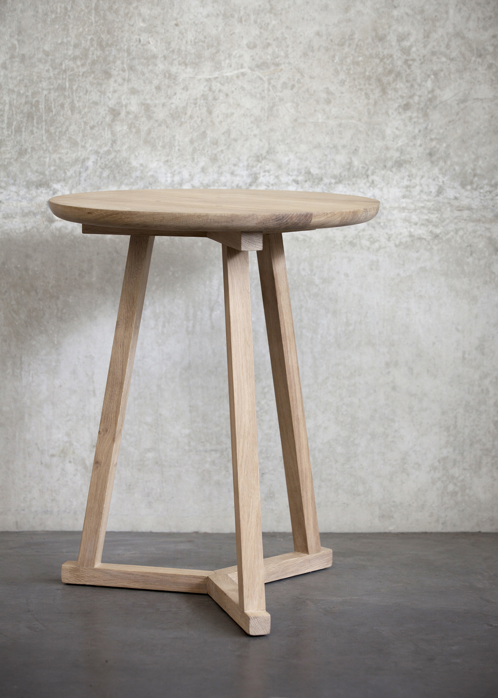 50508 Oak Tripod side table concrete.jpg