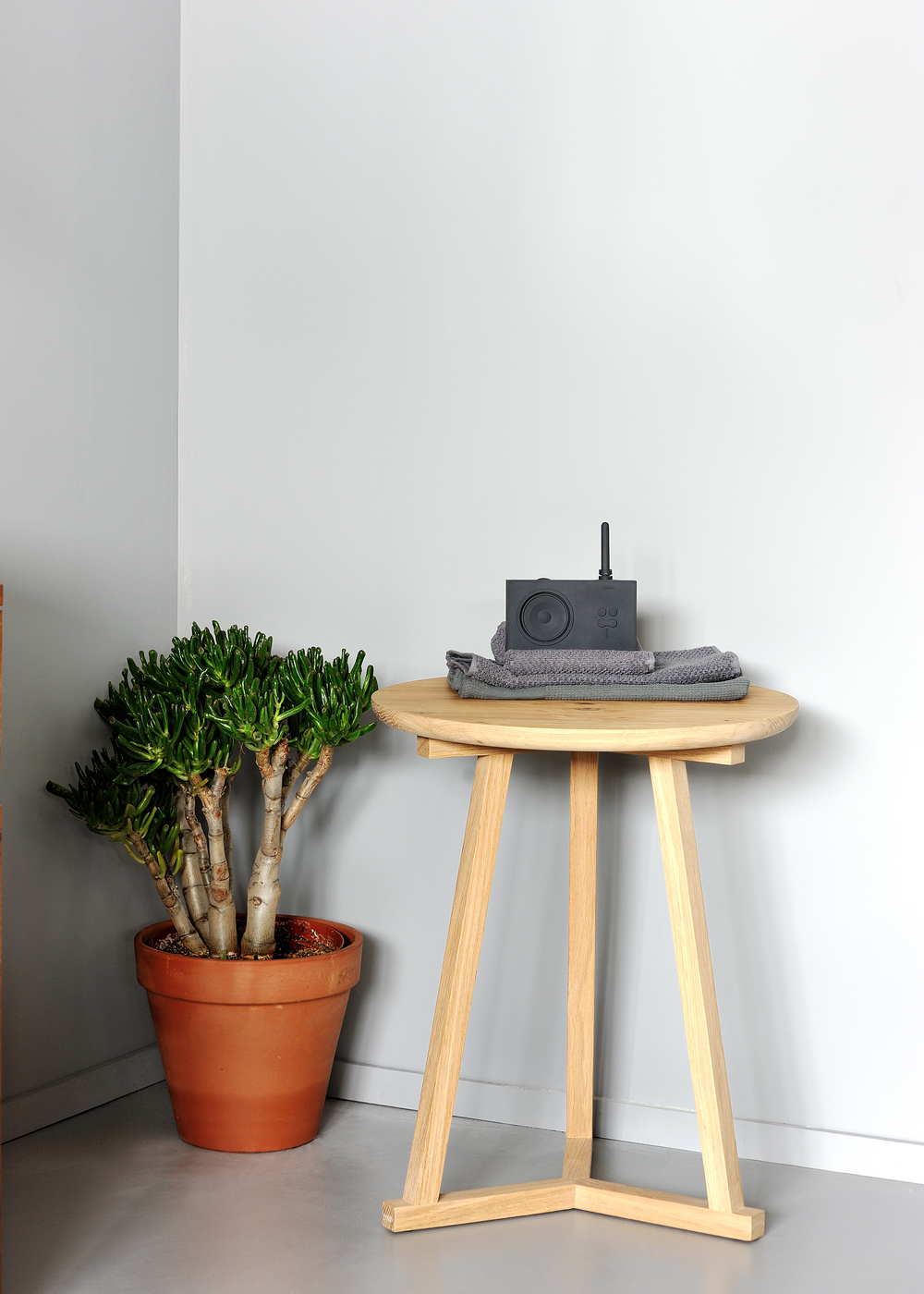50508 Oak Tripod sidetable.jpg