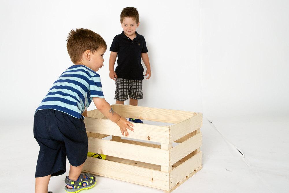 Wichtig bei Shootings mit Kindern ist auch, dass sie genügend Zeit haben, sich an die Studioatmosphäre zu gewöhnen. Nevio und Ben spielen mal ein wenig mit der Kiste, in der wir sie gerne fotografieren wollen