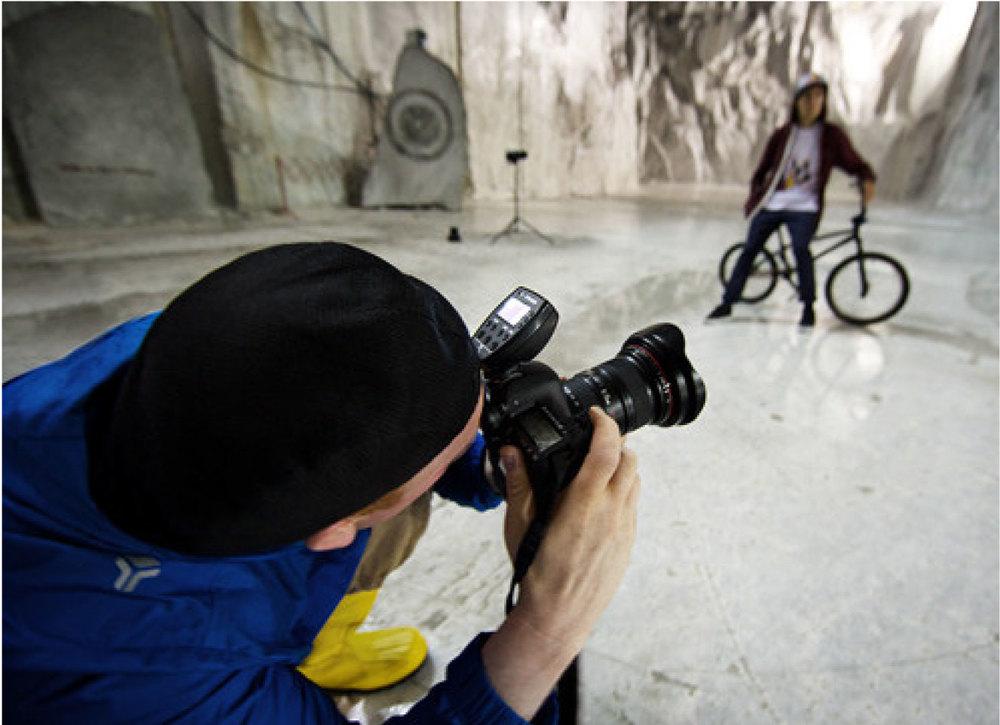 Der Profoto Air Remote TTL-C (für Canon) oder TTL-N (für Nikon) wird einfach auf den Blitzschuh montiert, und schon kann der Fotograf alle Blitzgeräte von seiner Kamera aus steuern (Bild: Profoto)
